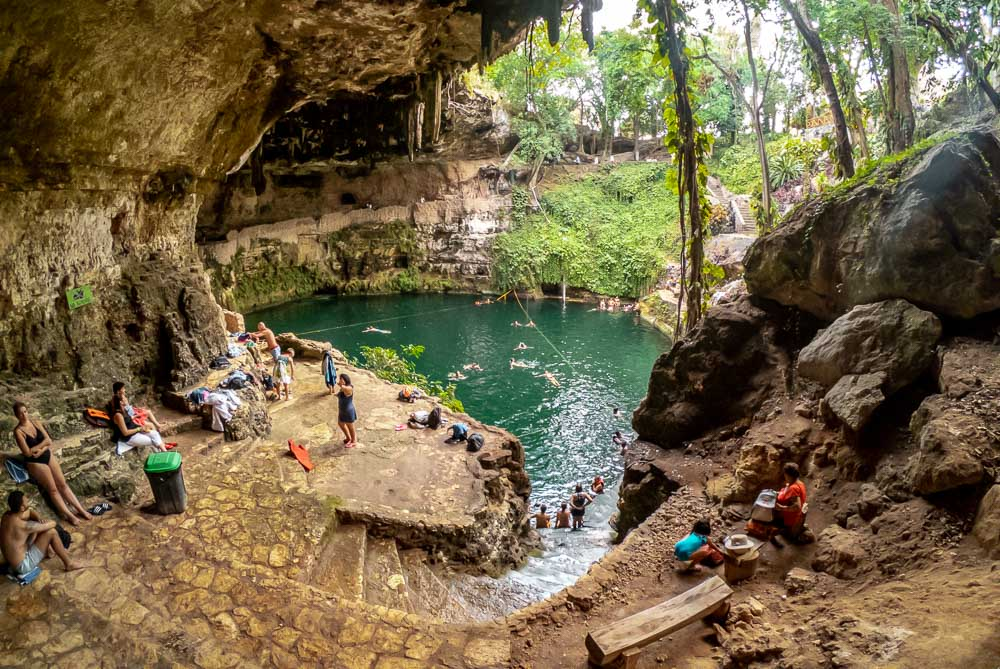 personas refrescándose en el cenote Zací